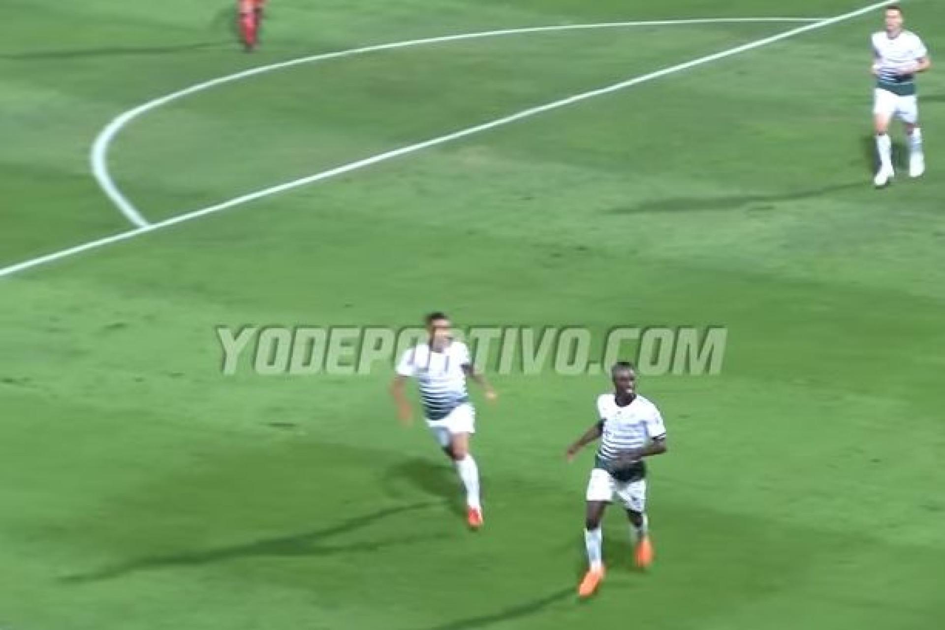Ex-Benfica marca golo de levantar o estádio e provoca caos nas bancadas