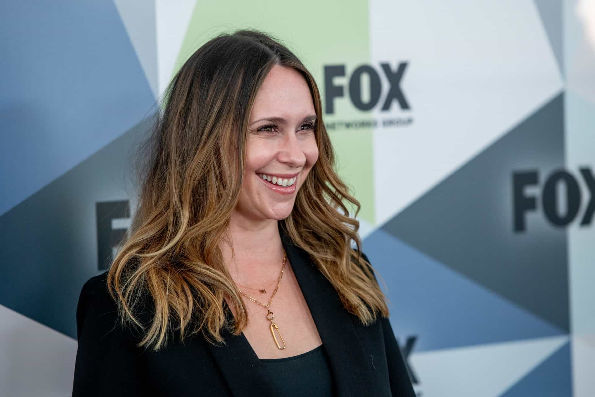 Jennifer Love Hewitt pede desculpa por aparência estranha e descuidada