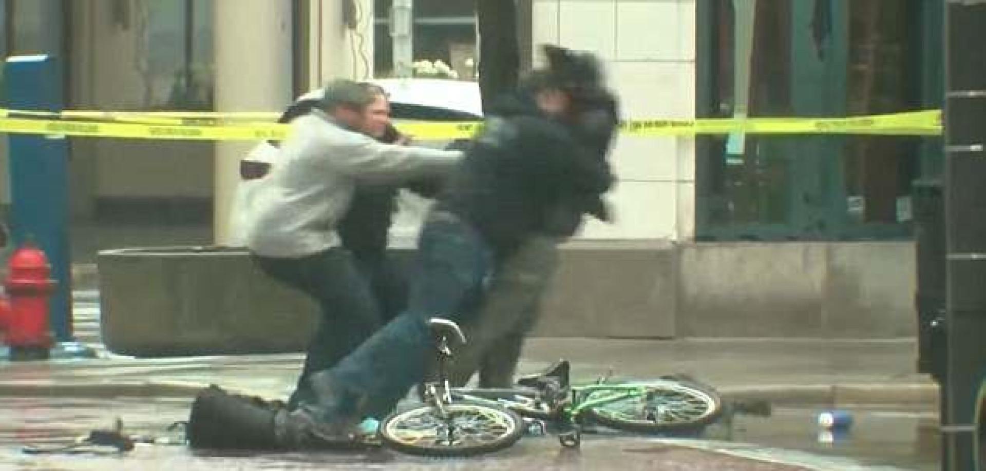 Ciclista tentou mostrar que não tinha bomba na mochila. Não correu bem