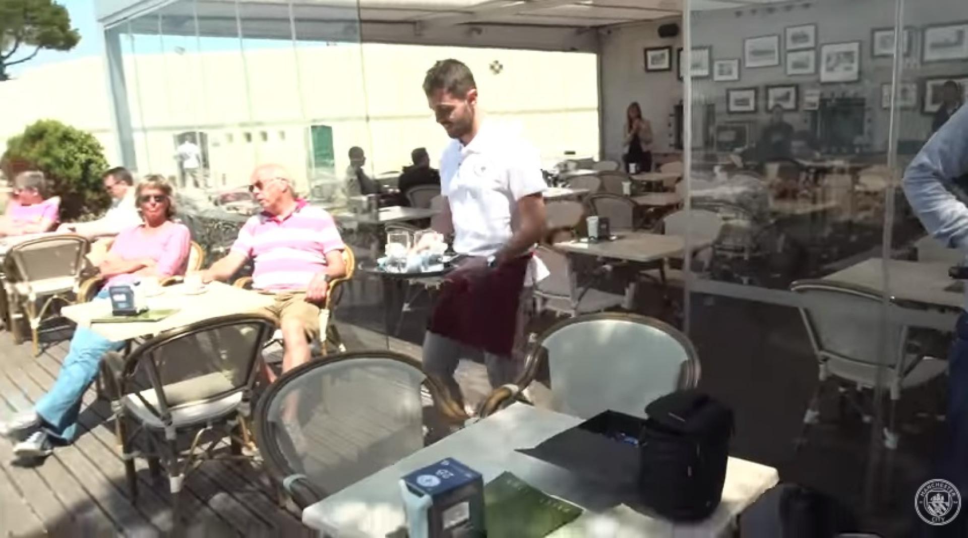 Bernardo Silva como nunca antes o viu: A servir à mesa em Lisboa
