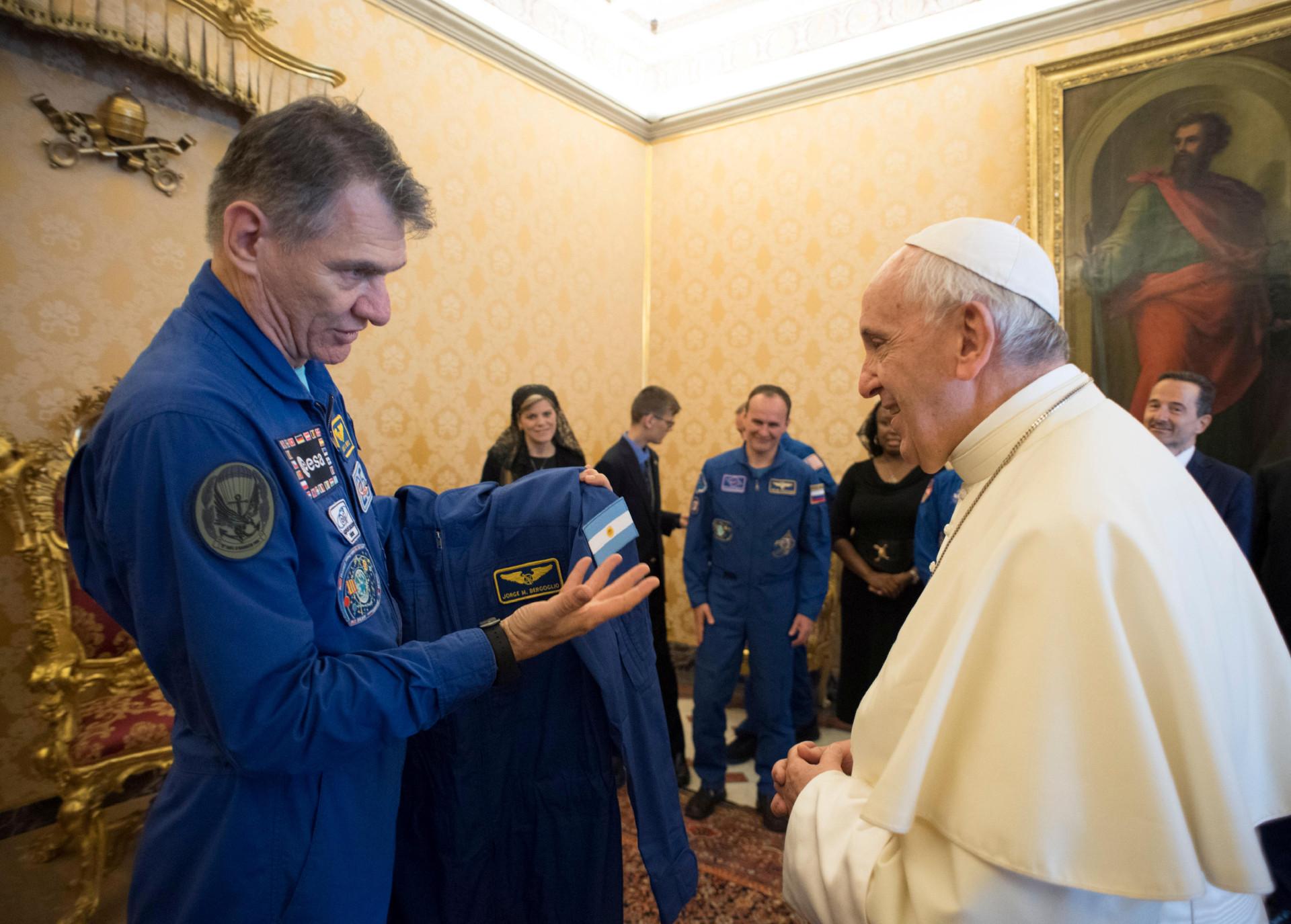 Papa recebeu um fato espacial que é também especial