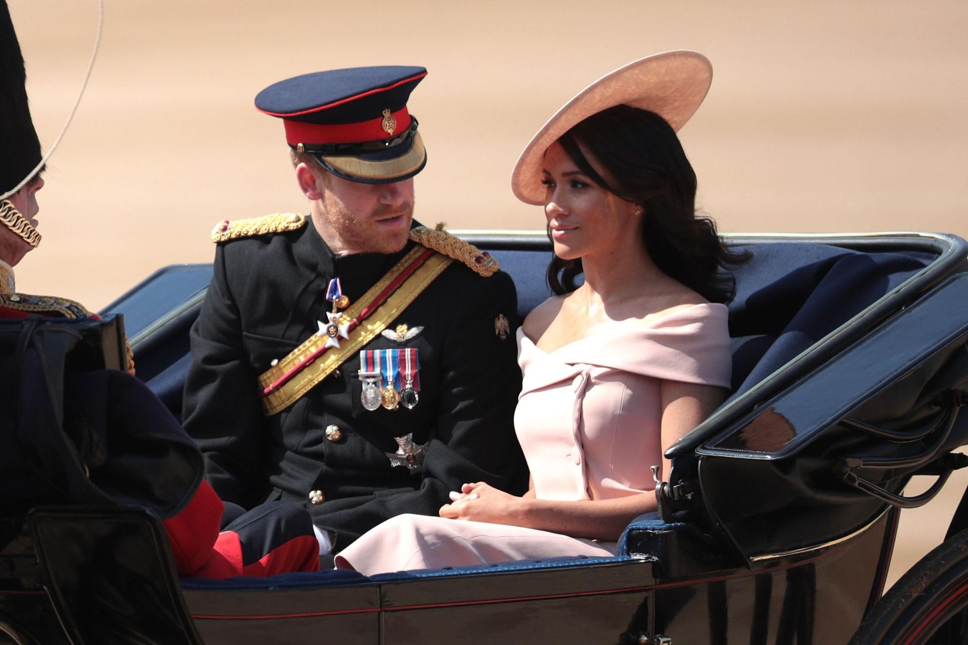 Markle e Harry aparecem pela primeira vez em público após casamento