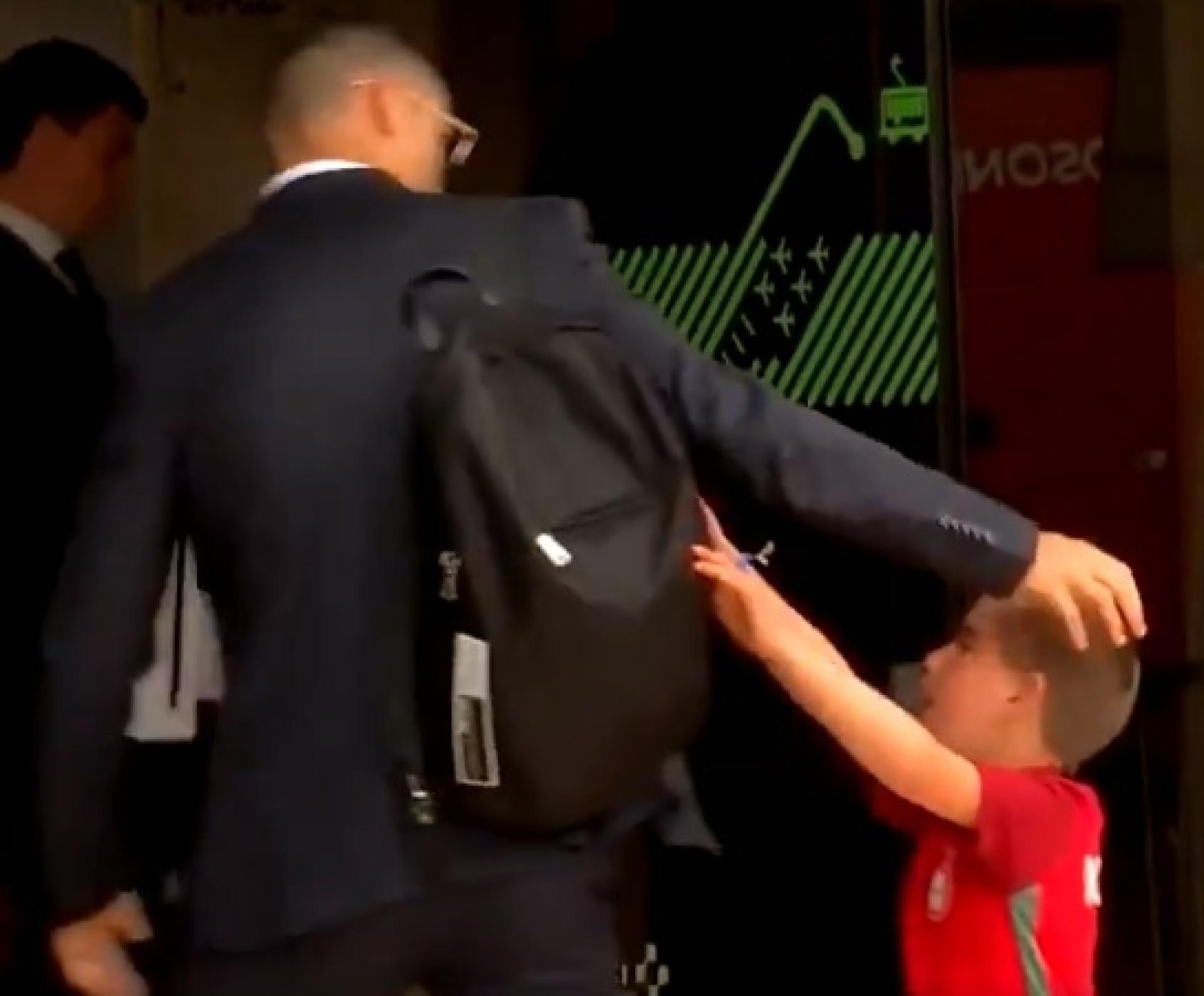 O momento em que Ronaldo foi 'travado' para um abraço