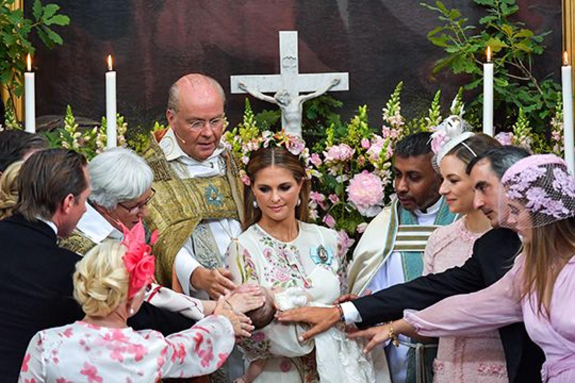 Divulgadas fotografias oficiais do batizado da princesa Adrienne