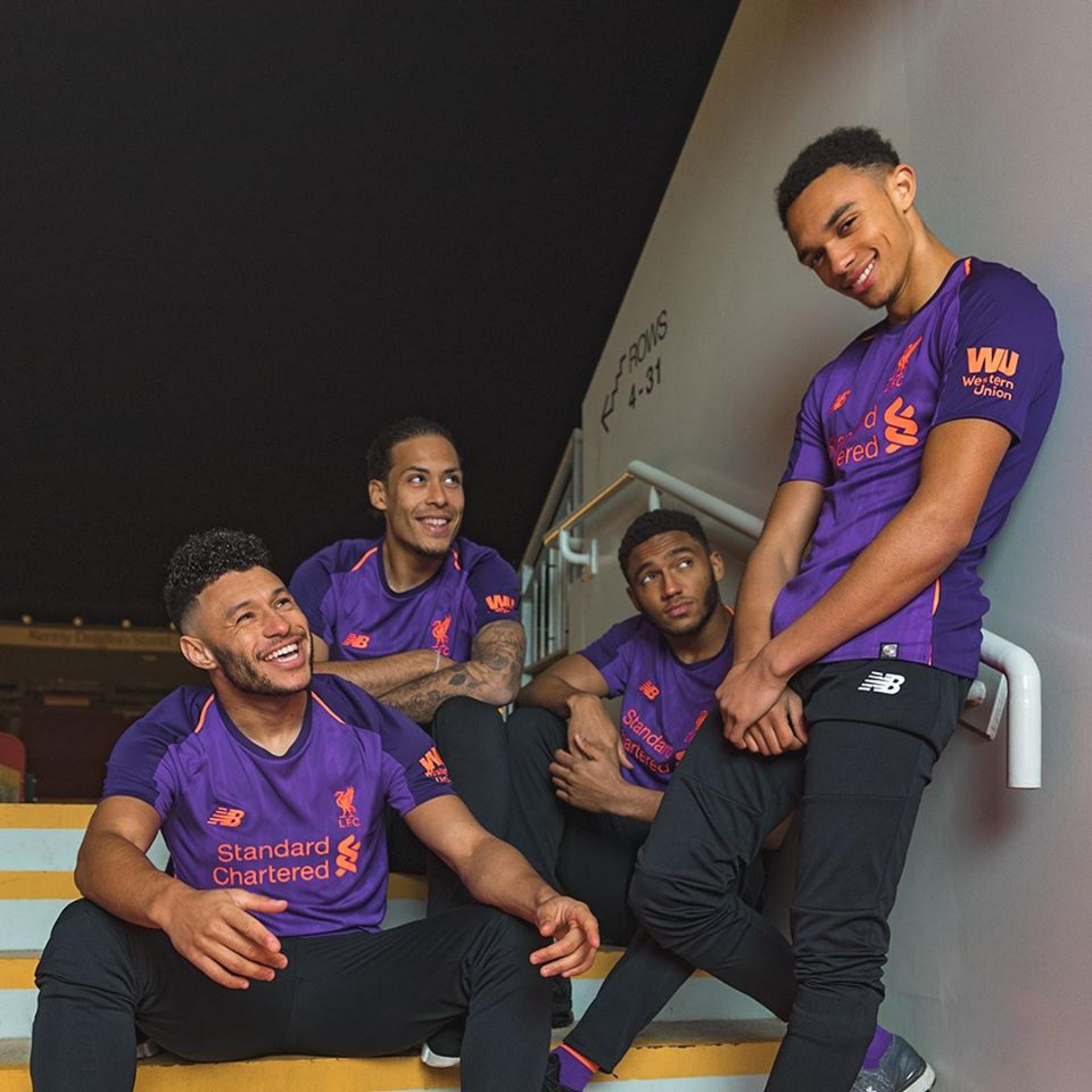 Liverpool apresenta novo equipamento em tons de... roxo