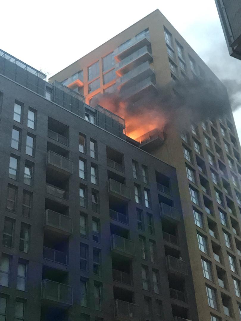 Incêndio deflagrou em bloco de apartamentos em Londres esta madrugada
