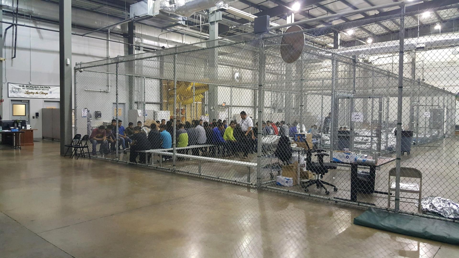 O interior de um centro de detenção de imigrantes. Prisão ou não?