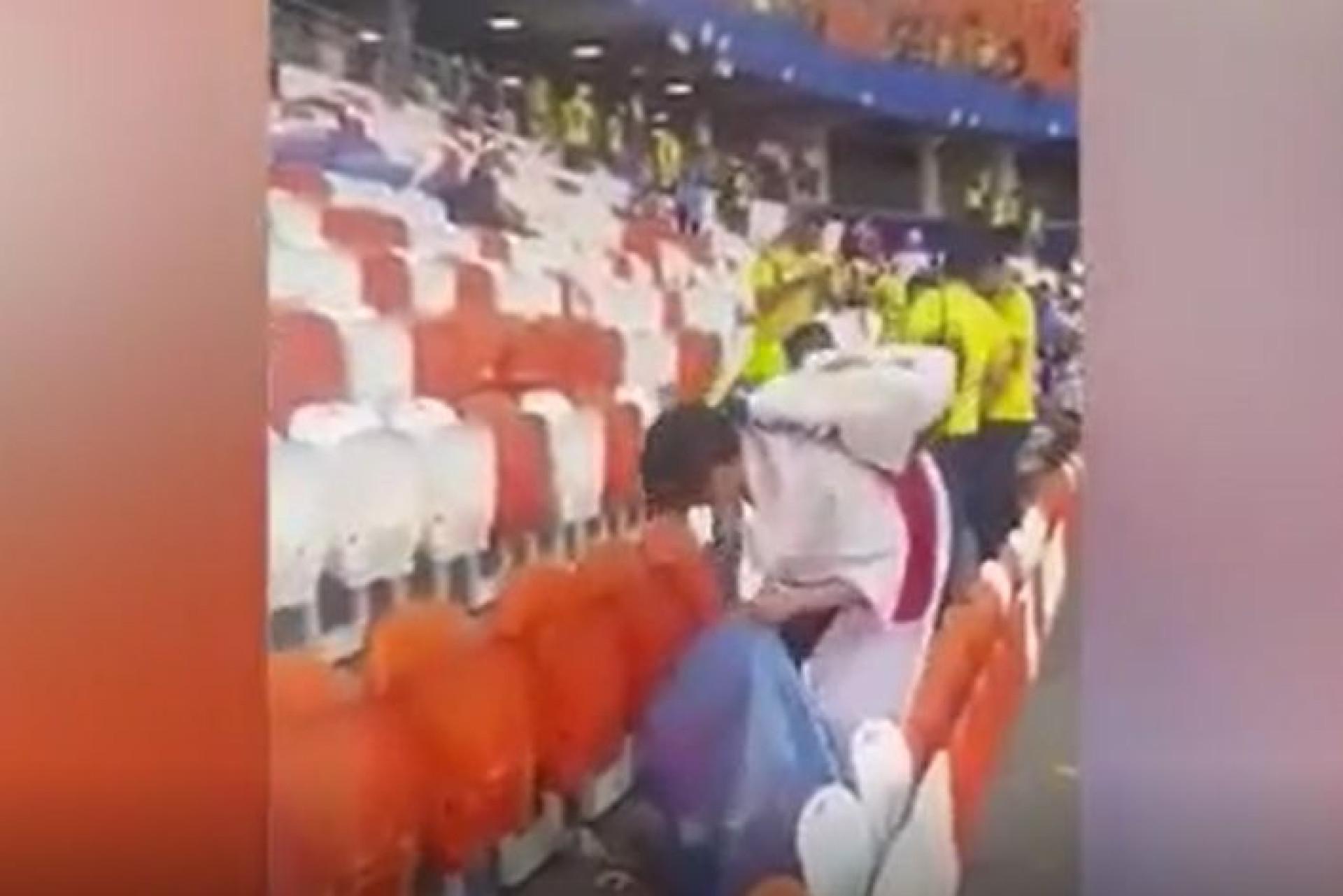 Depois da vitória, adeptos do Japão limpam as bancadas