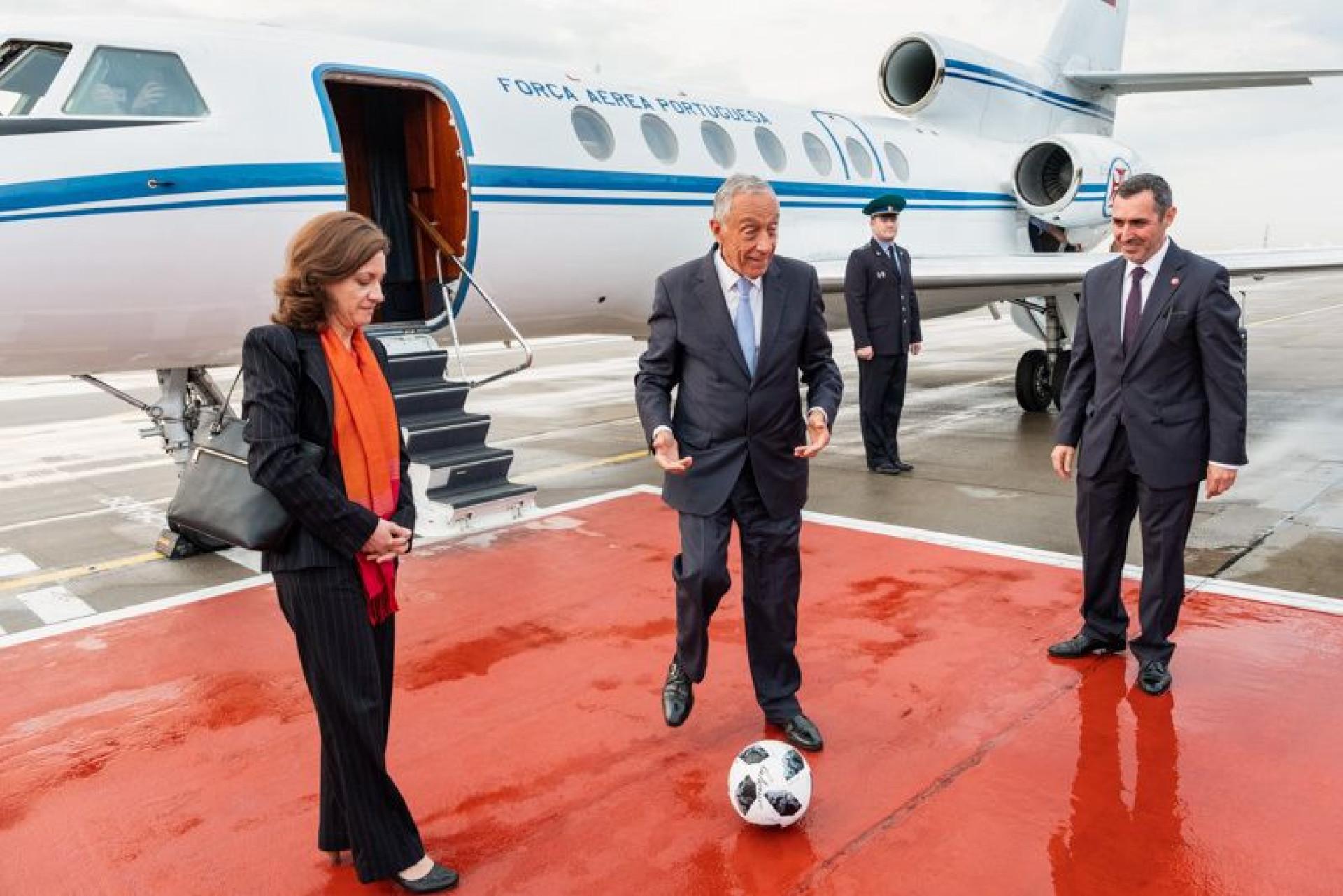 Marcelo dá pontapé de saída na Rússia e é recebido por mascote