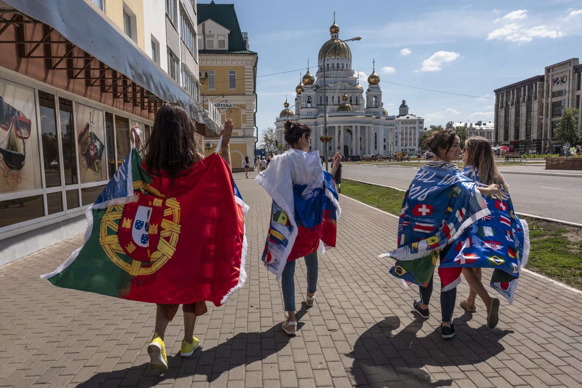 A um dia do jogo de Portugal, vinho e bacalhau já invadem ruas da Rússia