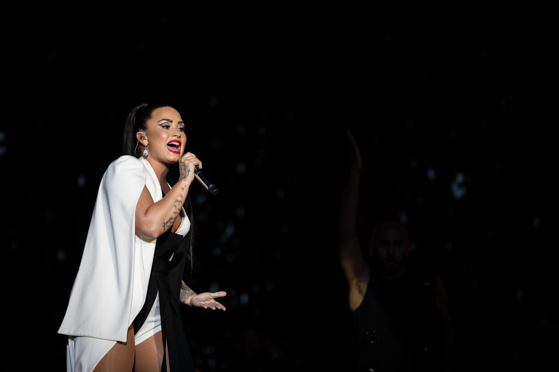 Lovato emociona fãs portugueses com música após alegada recaída no álcool