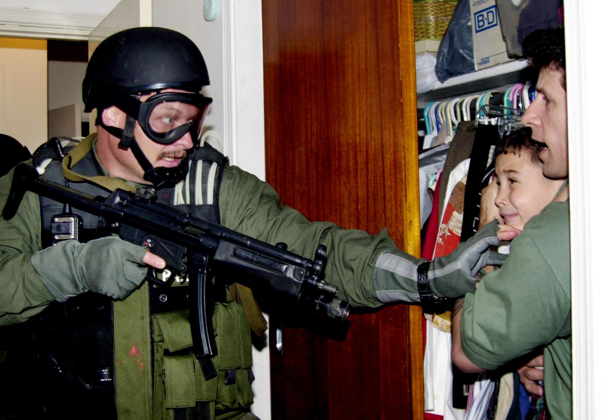Morreu Alan Diaz, fotógrafo que captou icónica imagem do menino Elian