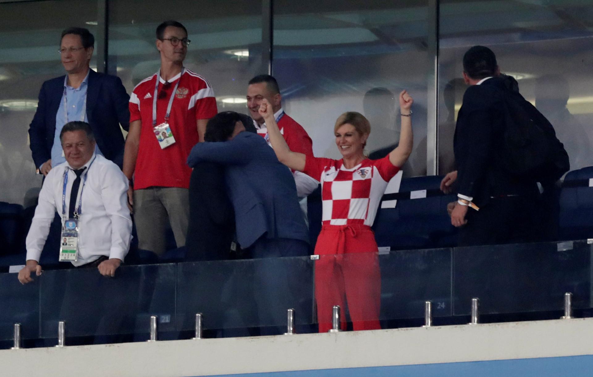 Alguns jogadores abraçaram a presidente da Croácia... com pouca roupa