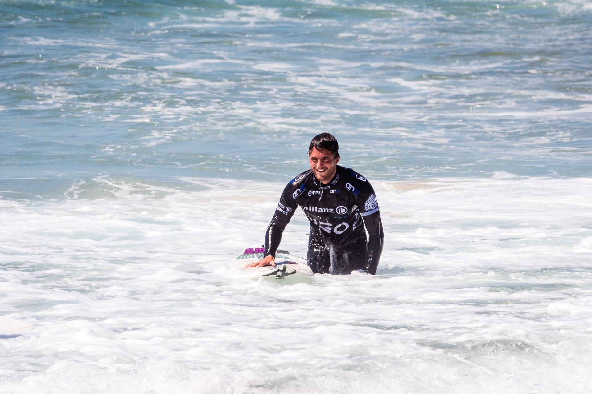 Surf e solidariedade: Tiago Teotónio Pereira apanha lixo na Praia Grande