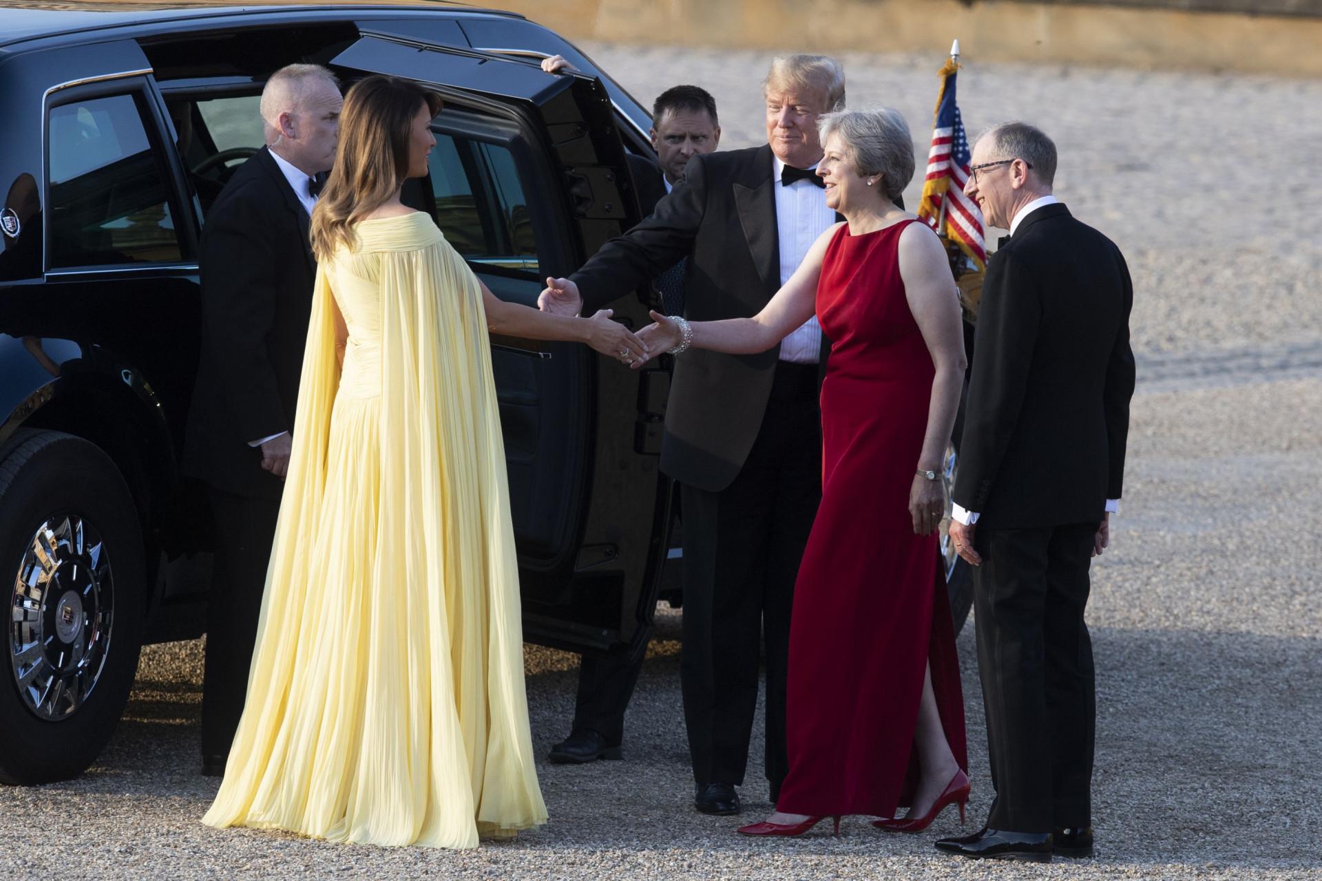 Melania Trump dá nas vistas com vestido amarelo fluído em Inglaterra