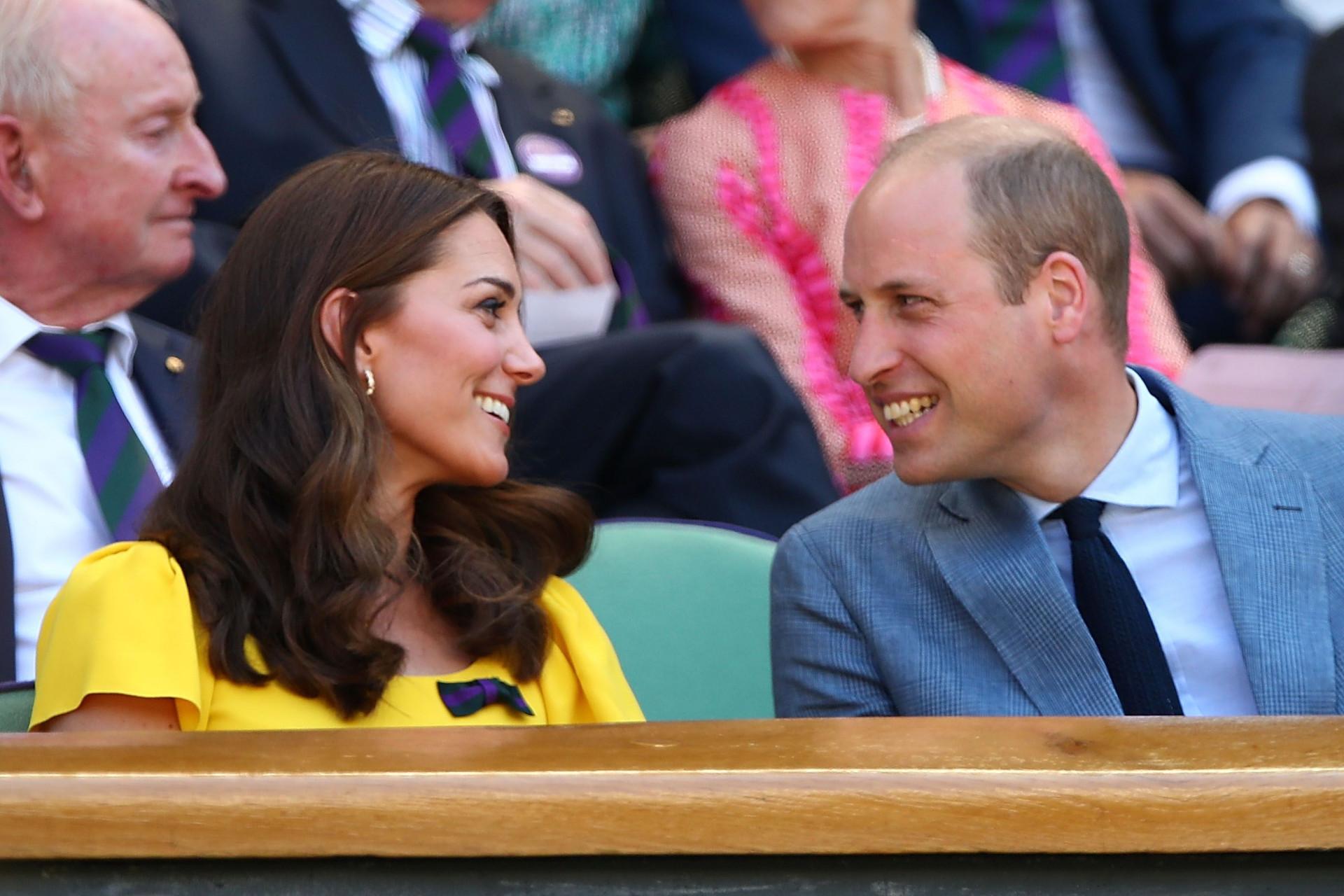 Kate Middleton e príncipe William em clima de cumplicidade durante evento