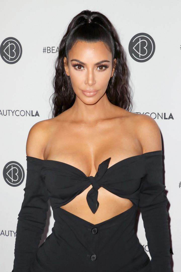 Com look ousado, Kim Kardashian não passa despercebida