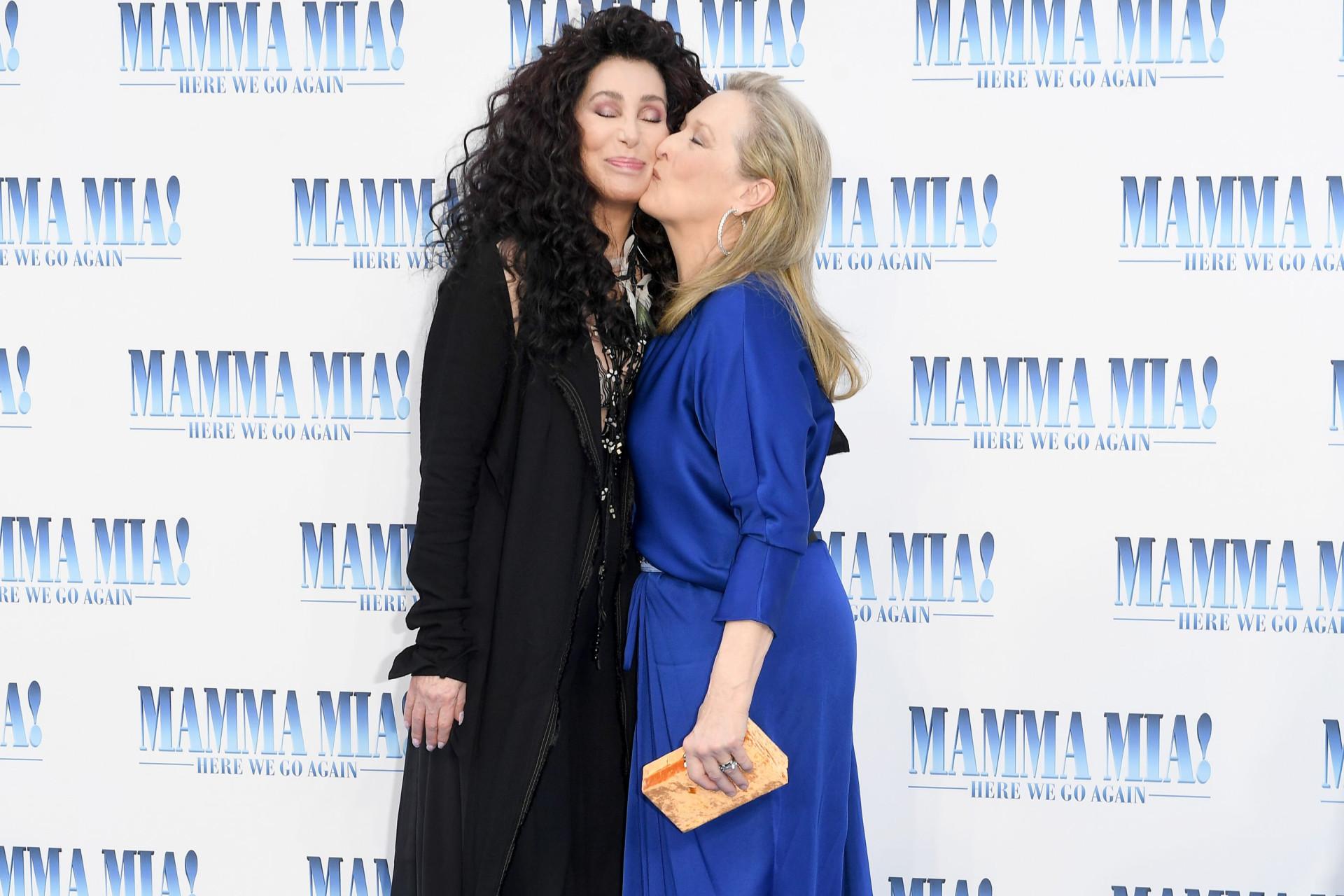 Meryl Streep e Cher beijam-se na passadeira vermelha