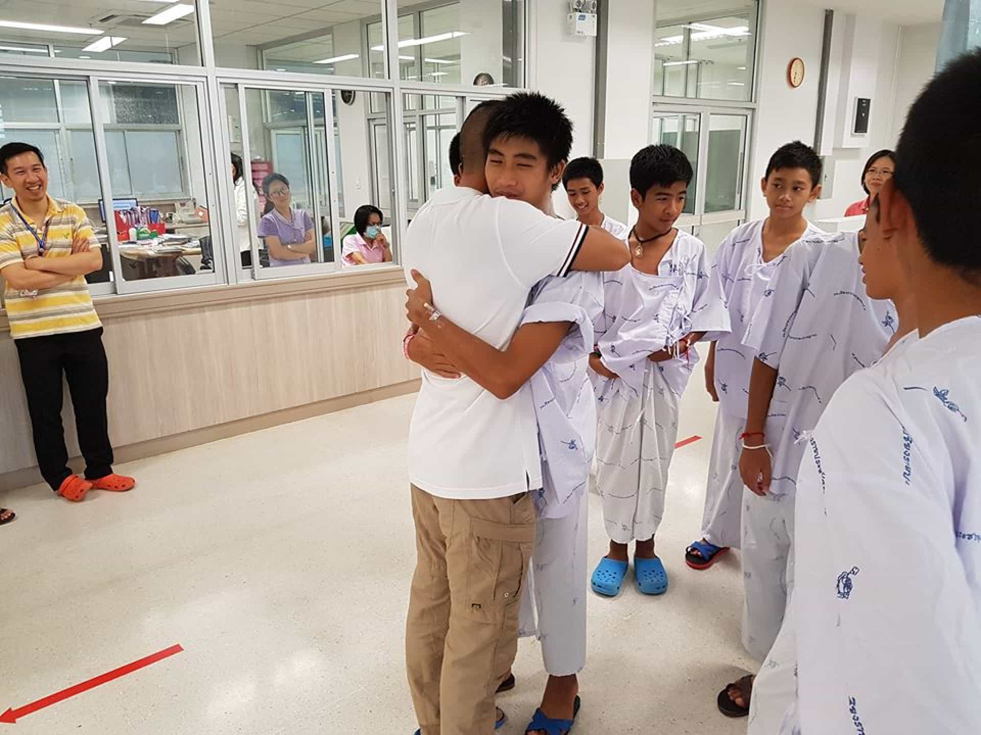 Rapazes recebem visita de médico tailandês que ficou com eles na gruta