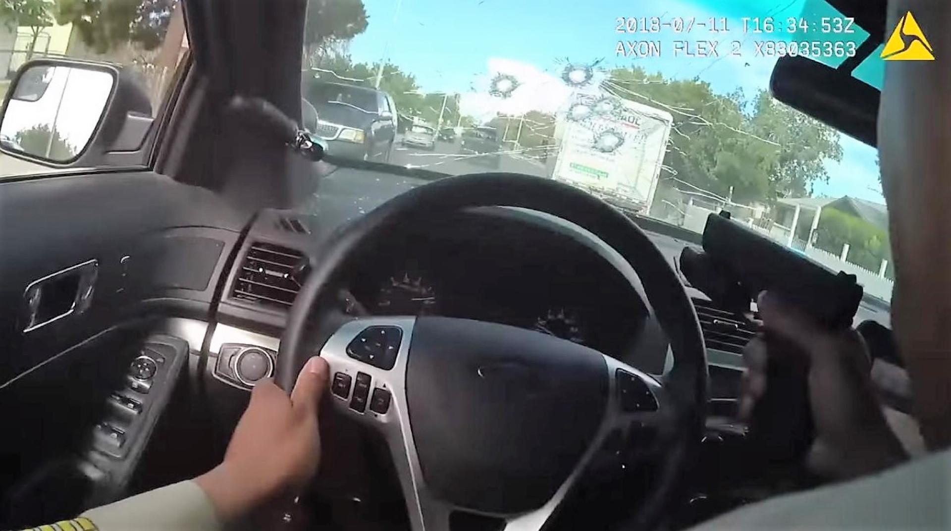 Agente da polícia dispara através do próprio pára-brisas em perseguição