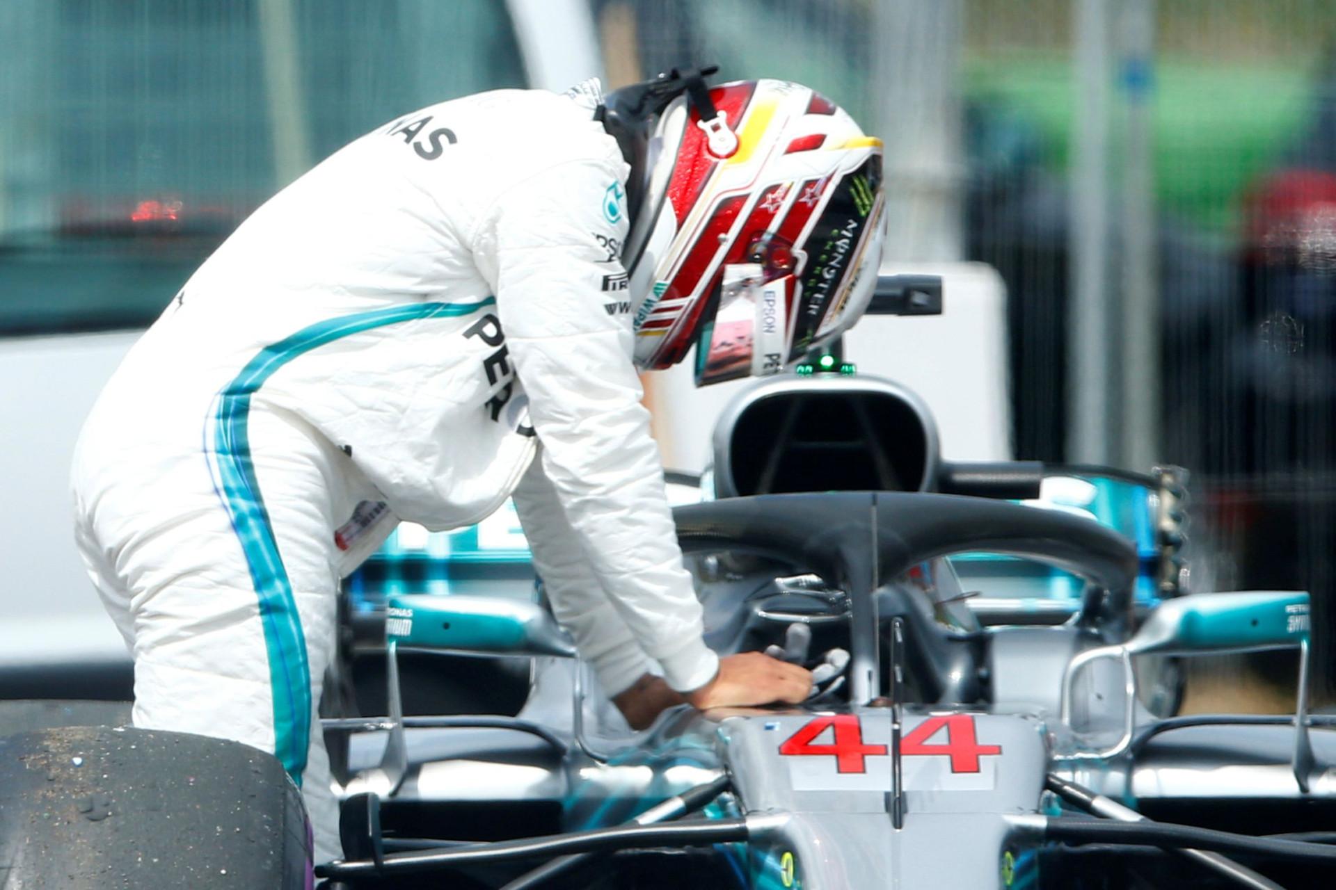 Desastre de Hamilton: Empurrou o carro até às boxes e terminou ajoelhado