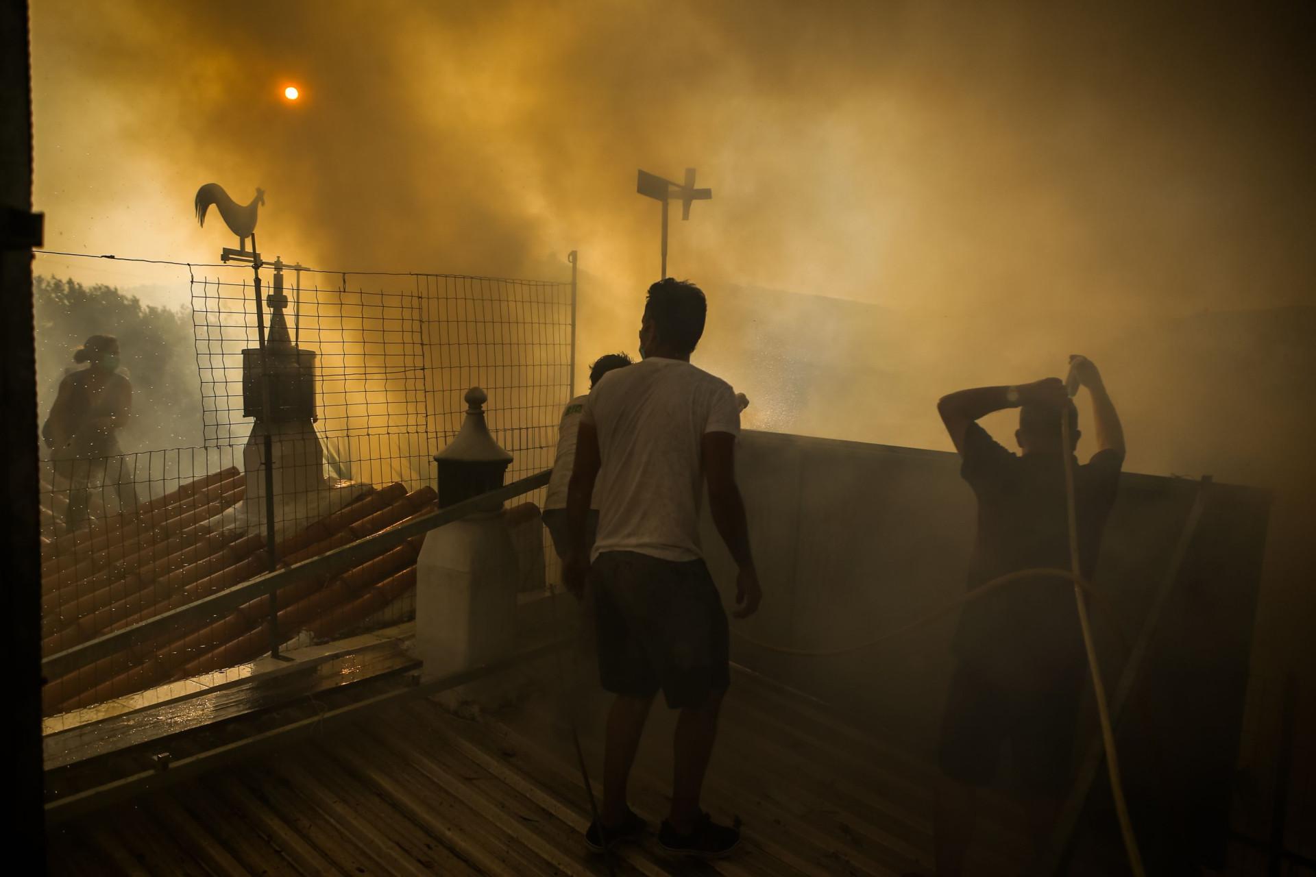 Entre a aflição e a coragem. Imagens de quem enfrenta a fúria das chamas