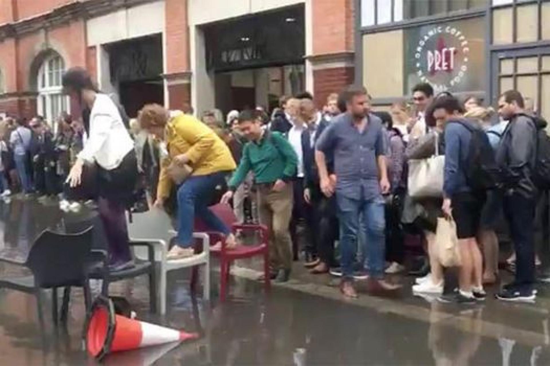 Inundação à porta de estação de metro? Há que ser criativo