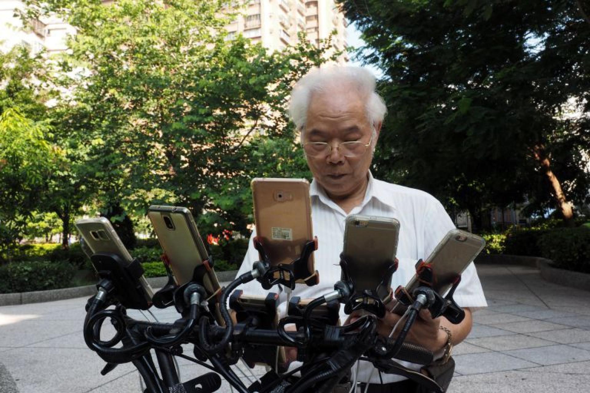 O 'Tio Pokémon' usa 11 telemóveis para apanhar pokémons