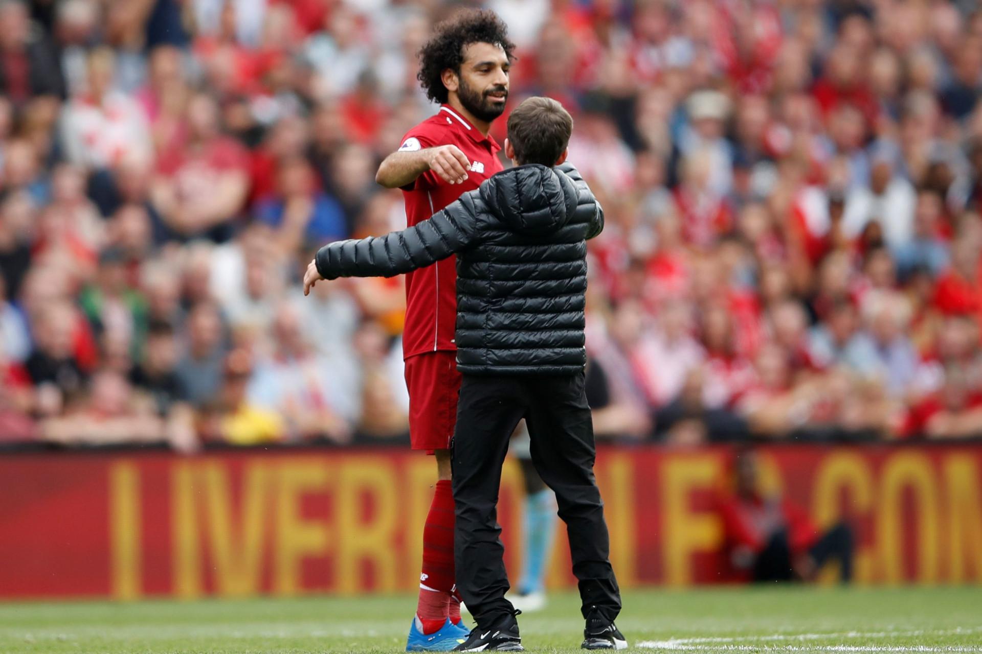 Menino invade campo para cumprimentar Salah e... leva um abraço para casa