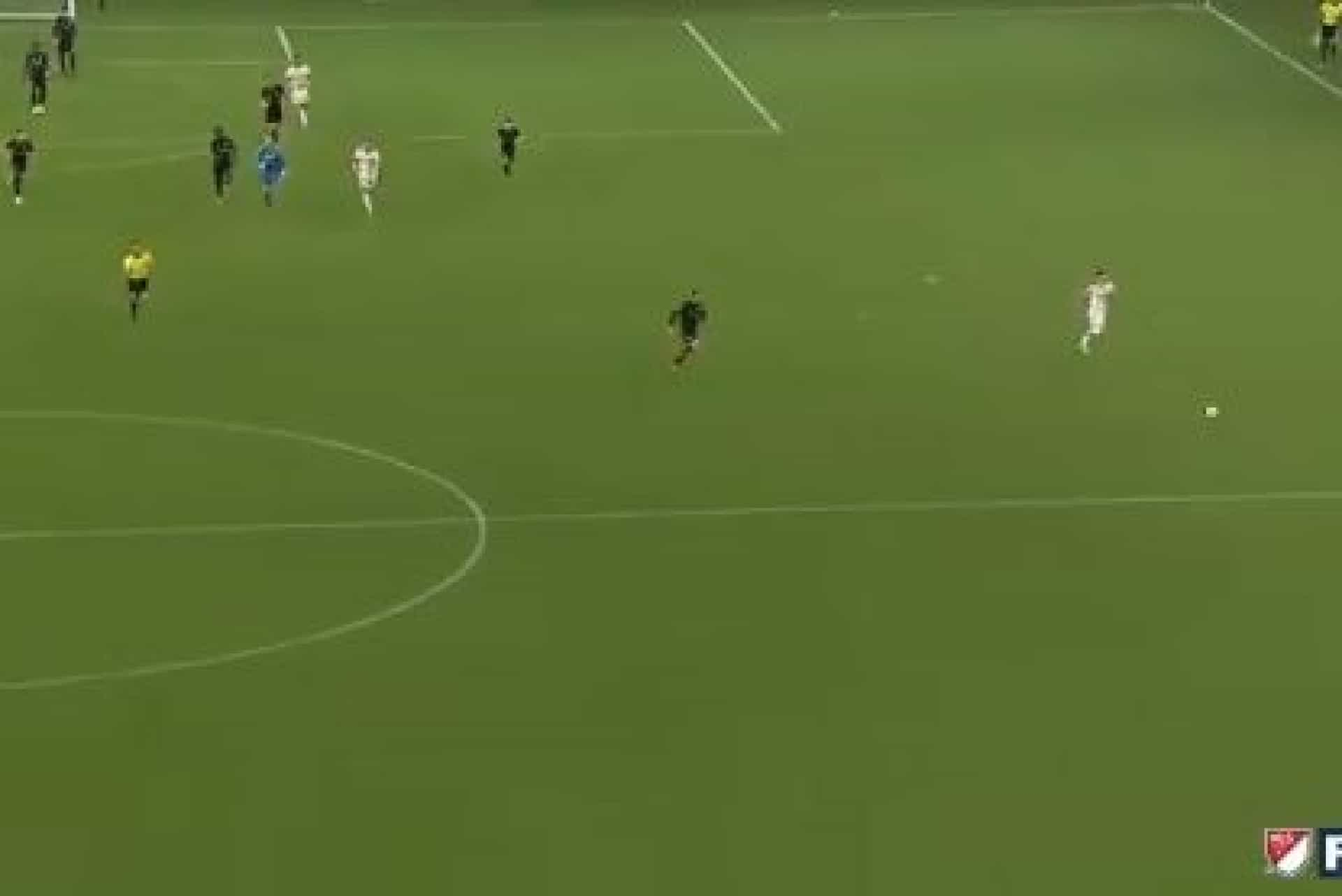 Incrível: Rooney corre 50m, 'rouba' a bola e assiste para golo da vitória