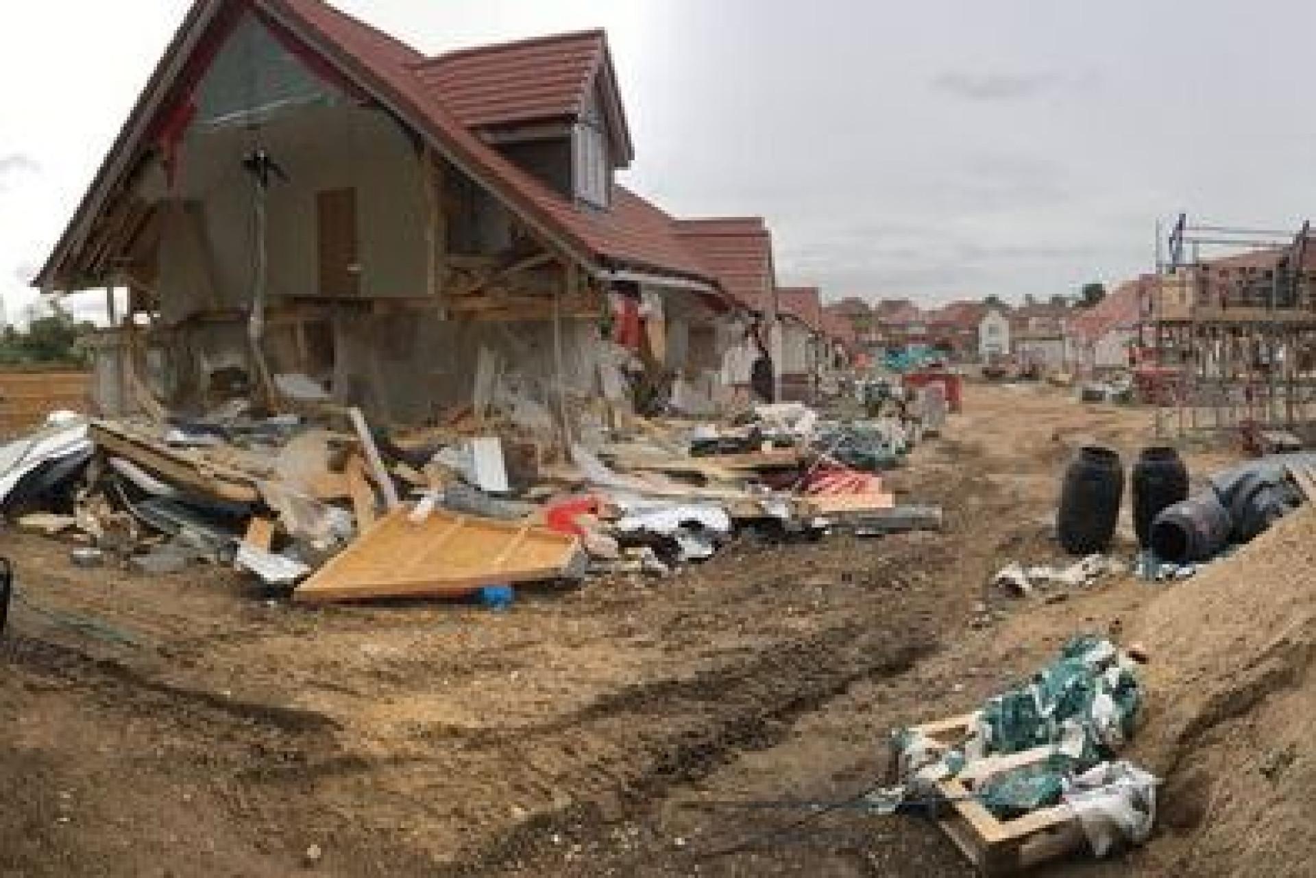 Construtor destrói casas no valor de 2,7 milhões por falta de pagamento