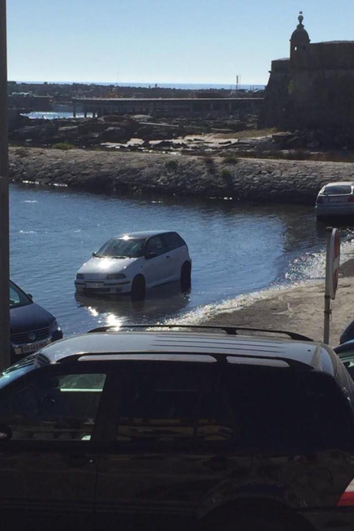 Carros mal estacionados alagados pelo mar em Vila Praia de Âncora