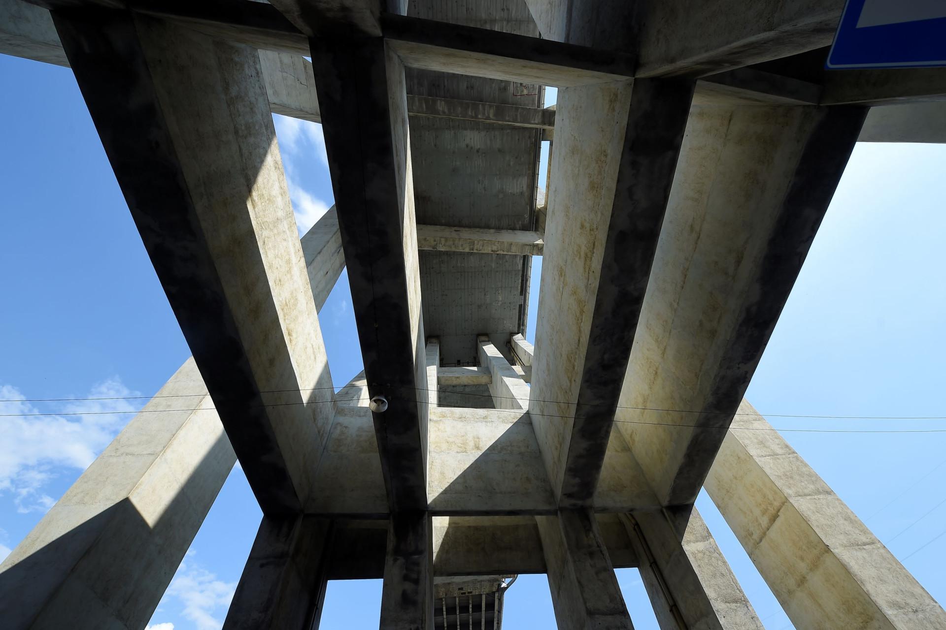 Em Génova olha-se para cima para ver a ponte que já (quase) lá não está