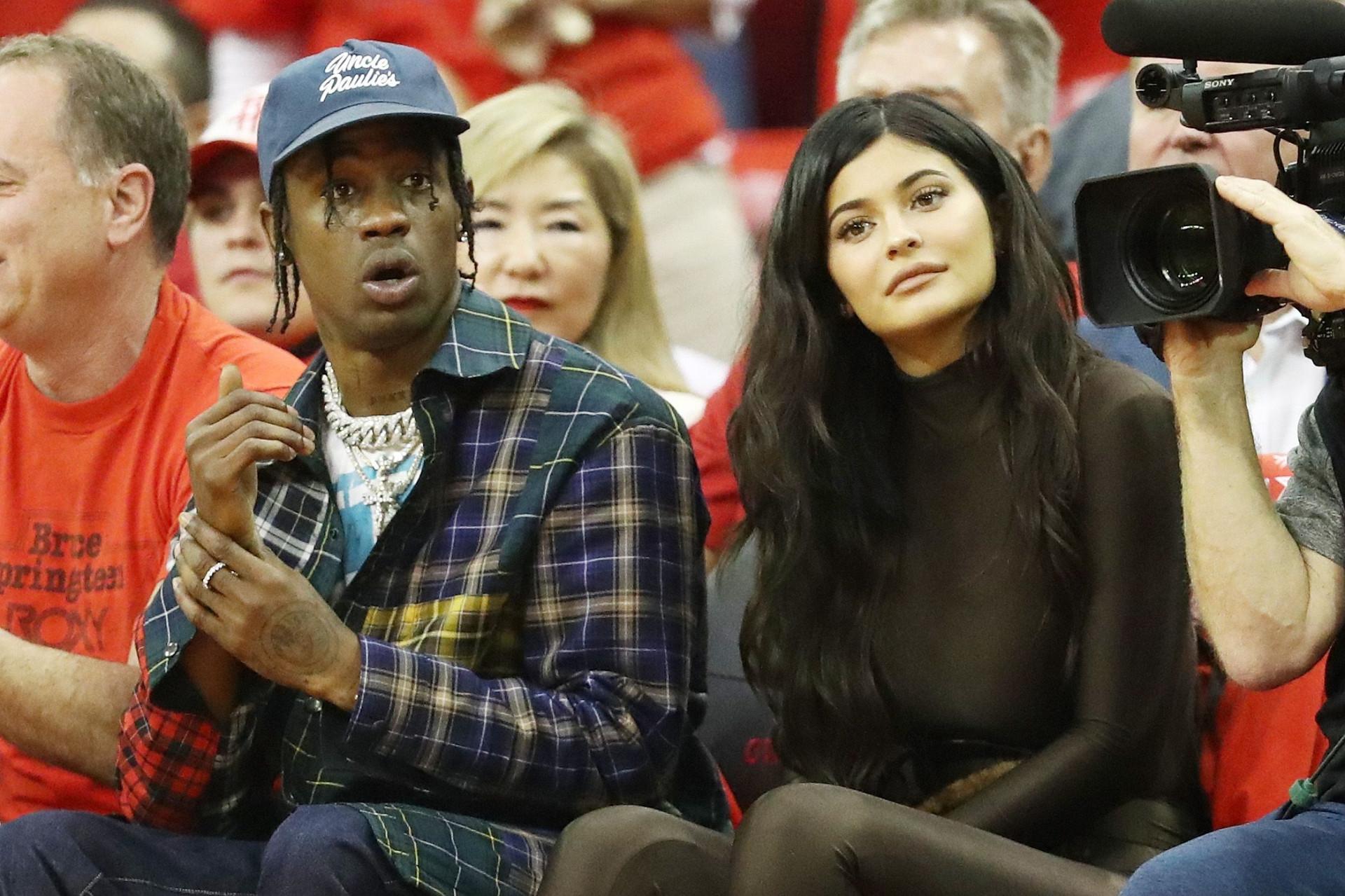 Filha de Kylie Jenner 'passeia' pelo palco com o pai