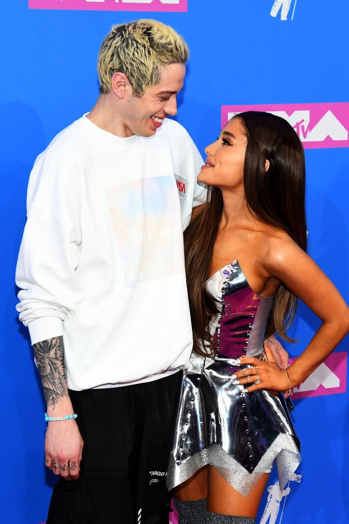 A primeira (e apaixonadíssima) aparição de Ariana Grande e Pete Davidson