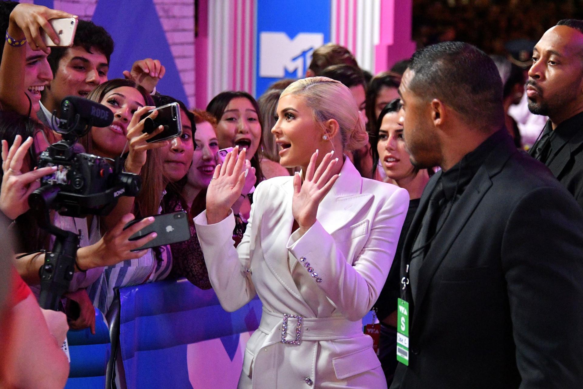 Discrição ao máximo! Kylie Jenner e Travis Scott chegam aos VMA separados