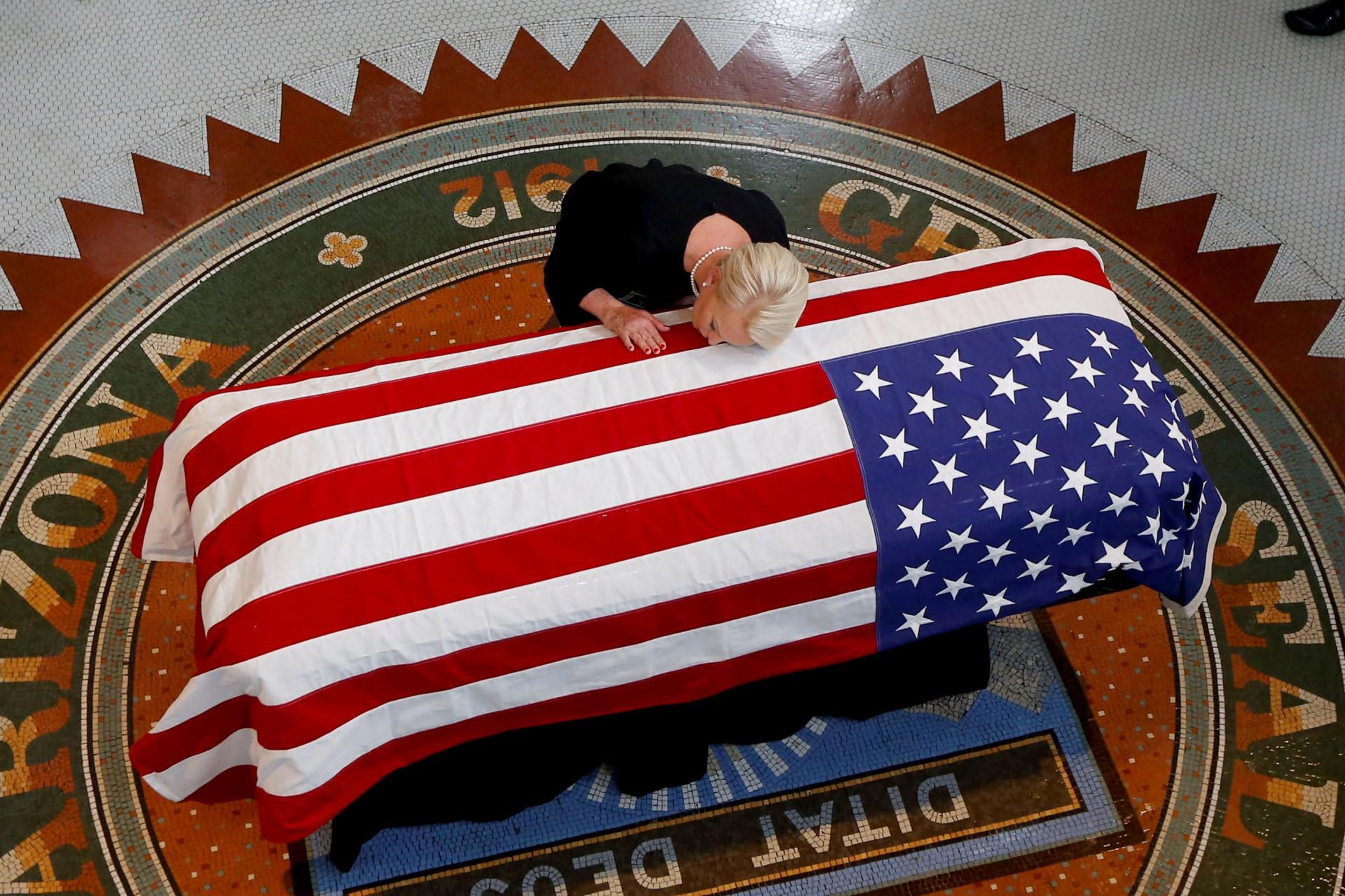 As desoladoras imagens da família de John McCain no velório em Arizona