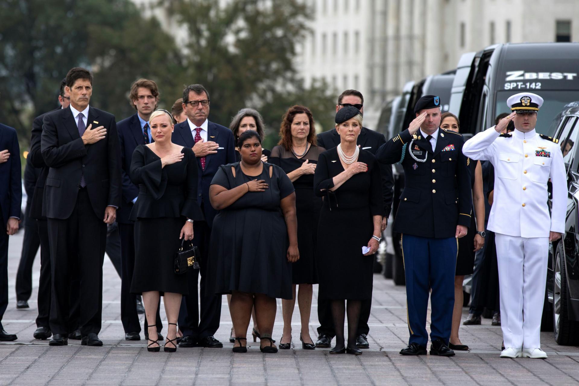 As imagens do adeus a McCain, os recados de Obama e a ausência de Trump