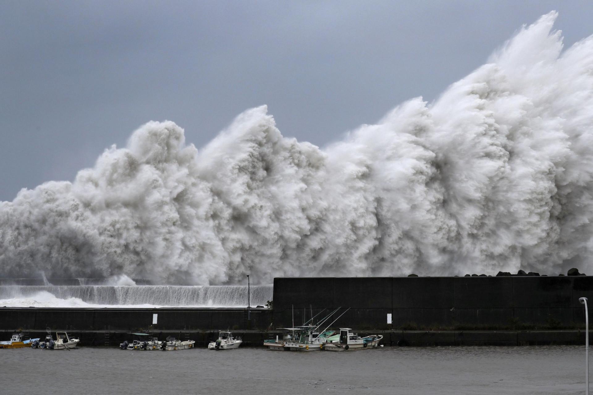 O cenário de devastação deixado pelo furacão Jebi, no Japão