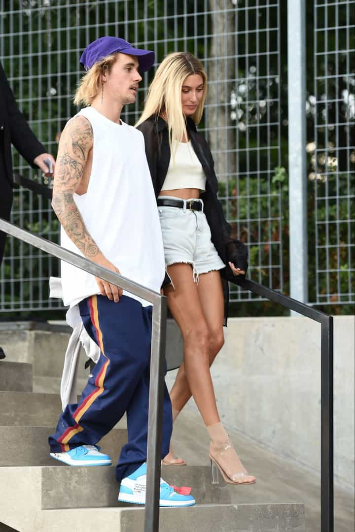Feliz, Justin Bieber dança ao lado de Hailey Baldwin em desfile
