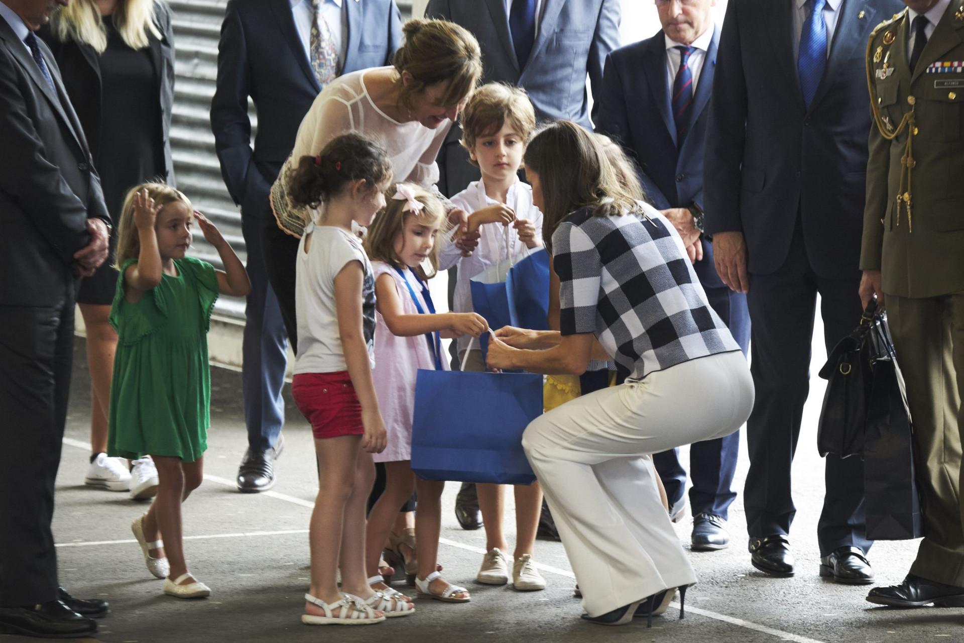 Rainha Letizia deslumbra com tendência da estação, o xadrez
