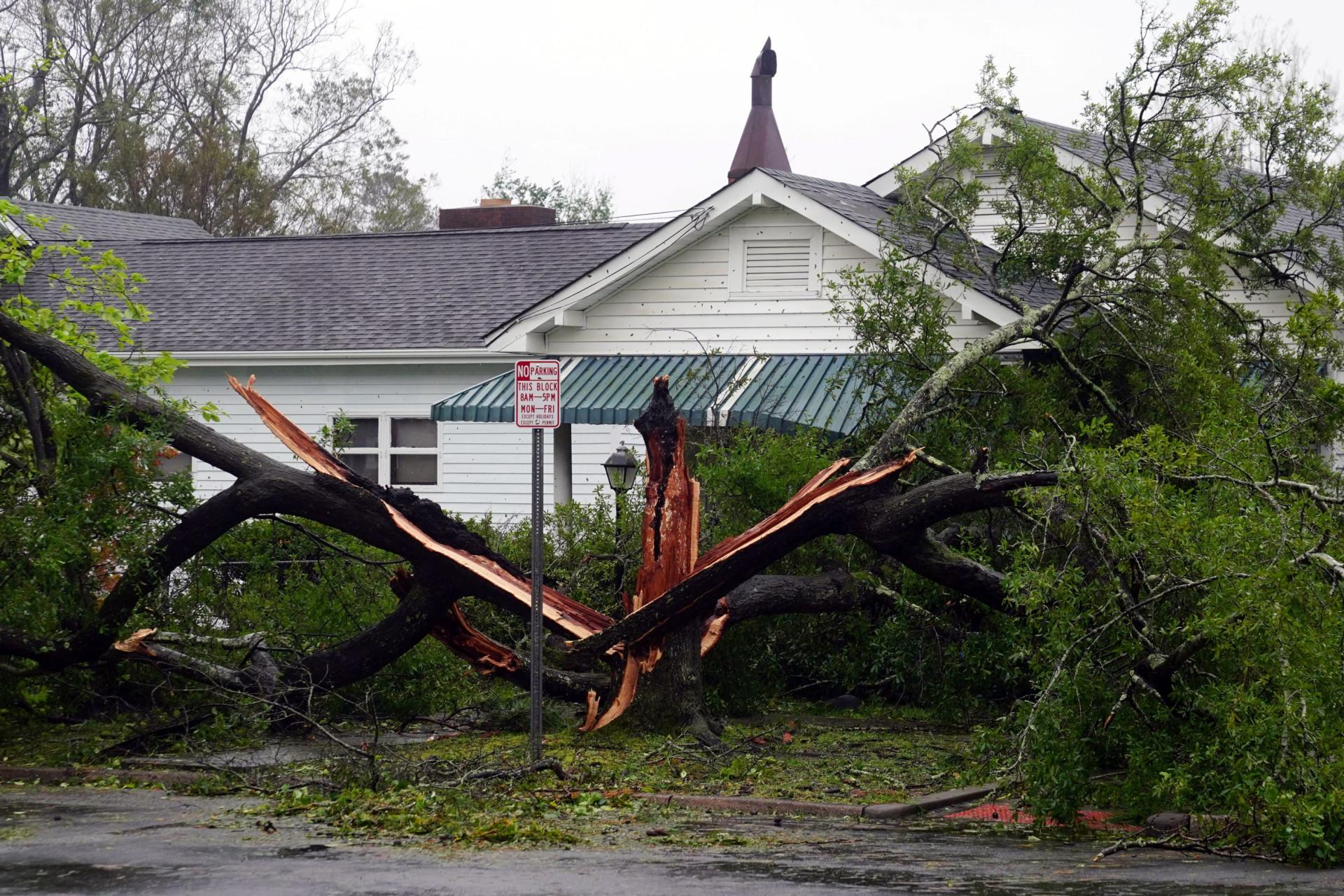 Florence já é tempestade tropical mas deixa à mesma rasto de destruição