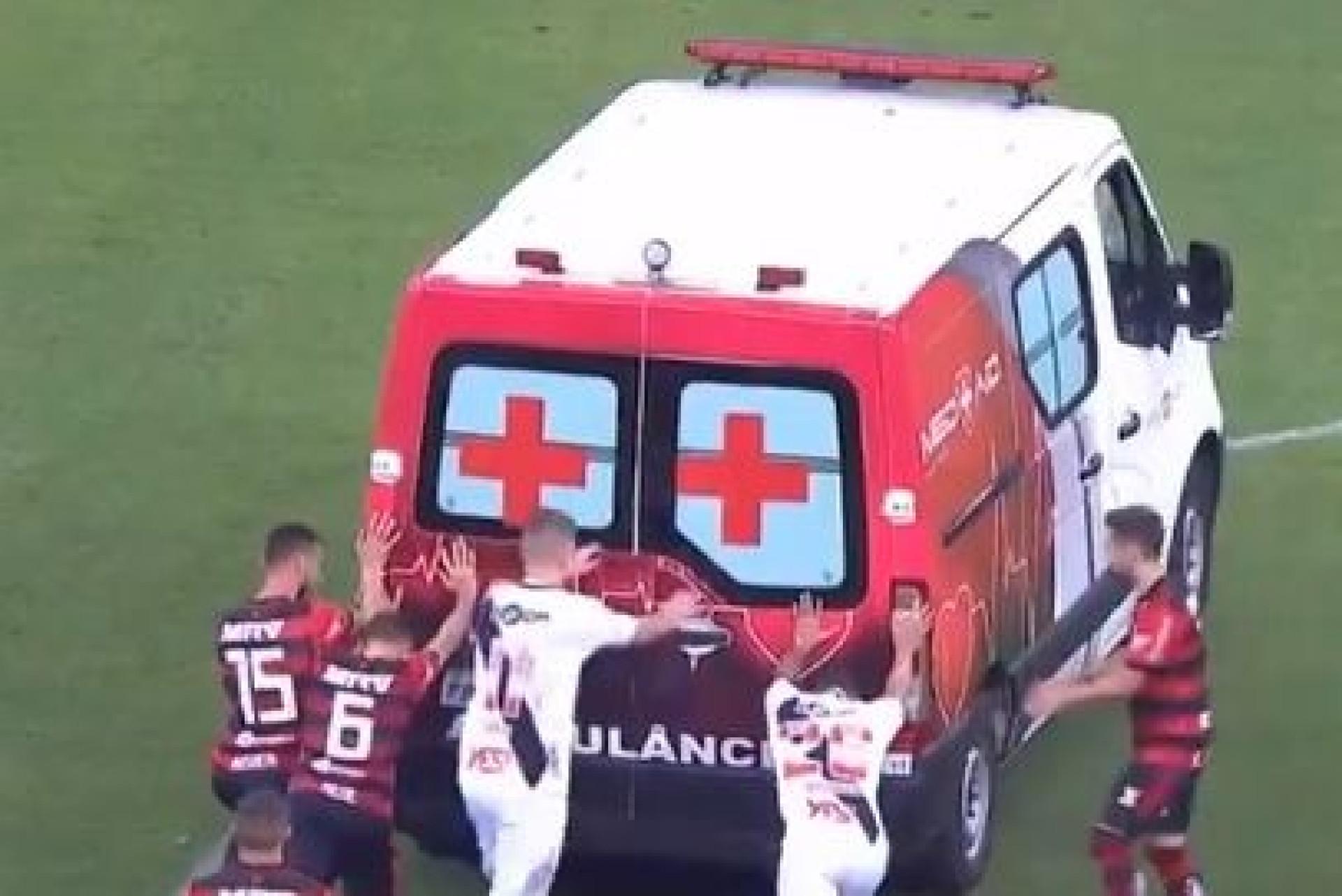 Jogadores do Flamengo e do Vasco tiveram de empurrar... ambulância