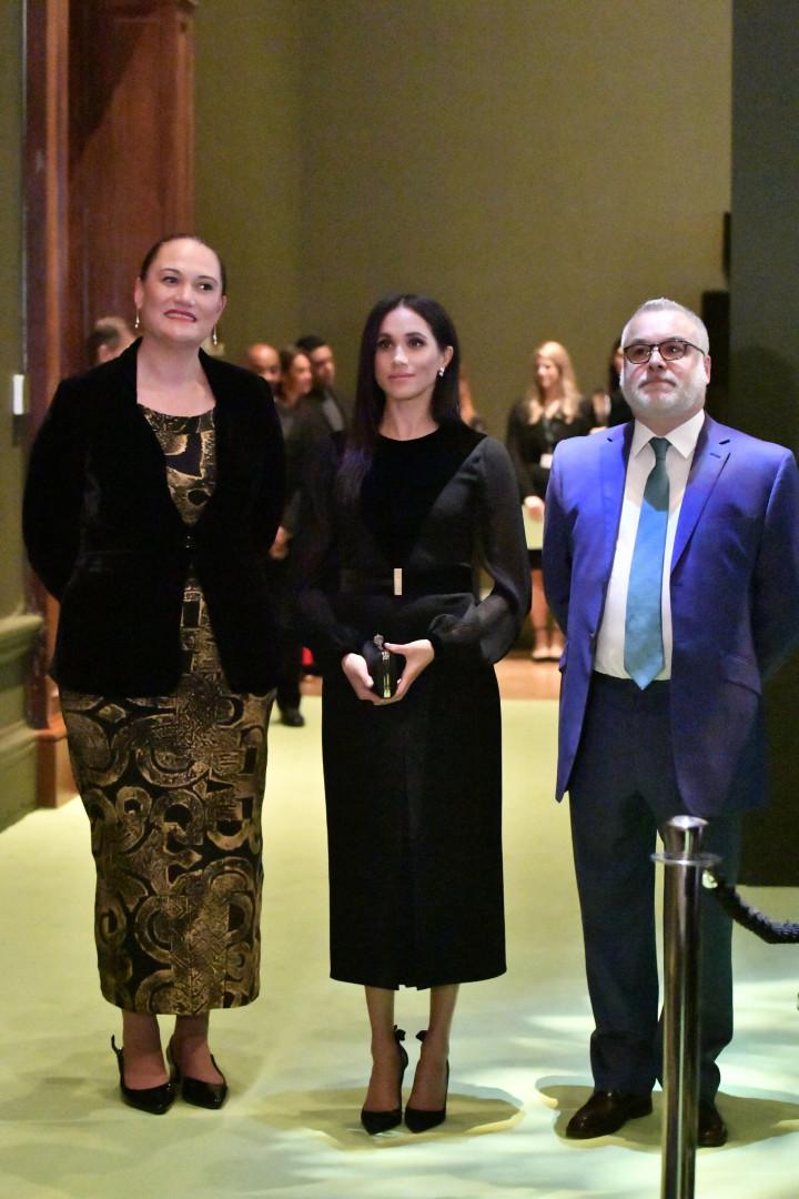 Meghan brilha com vestido de quase 3 mil euros em primeiro evento sozinha