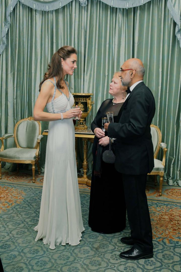 No primeiro evento sozinha, Meghan Markle distingue-se de Kate Middleton