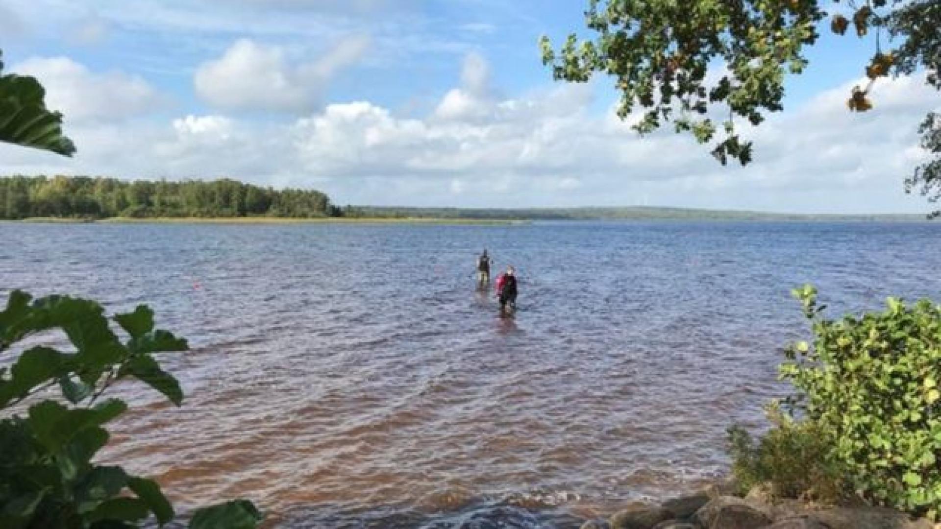 Menina tira espada com 1.500 anos de dentro de lago sueco