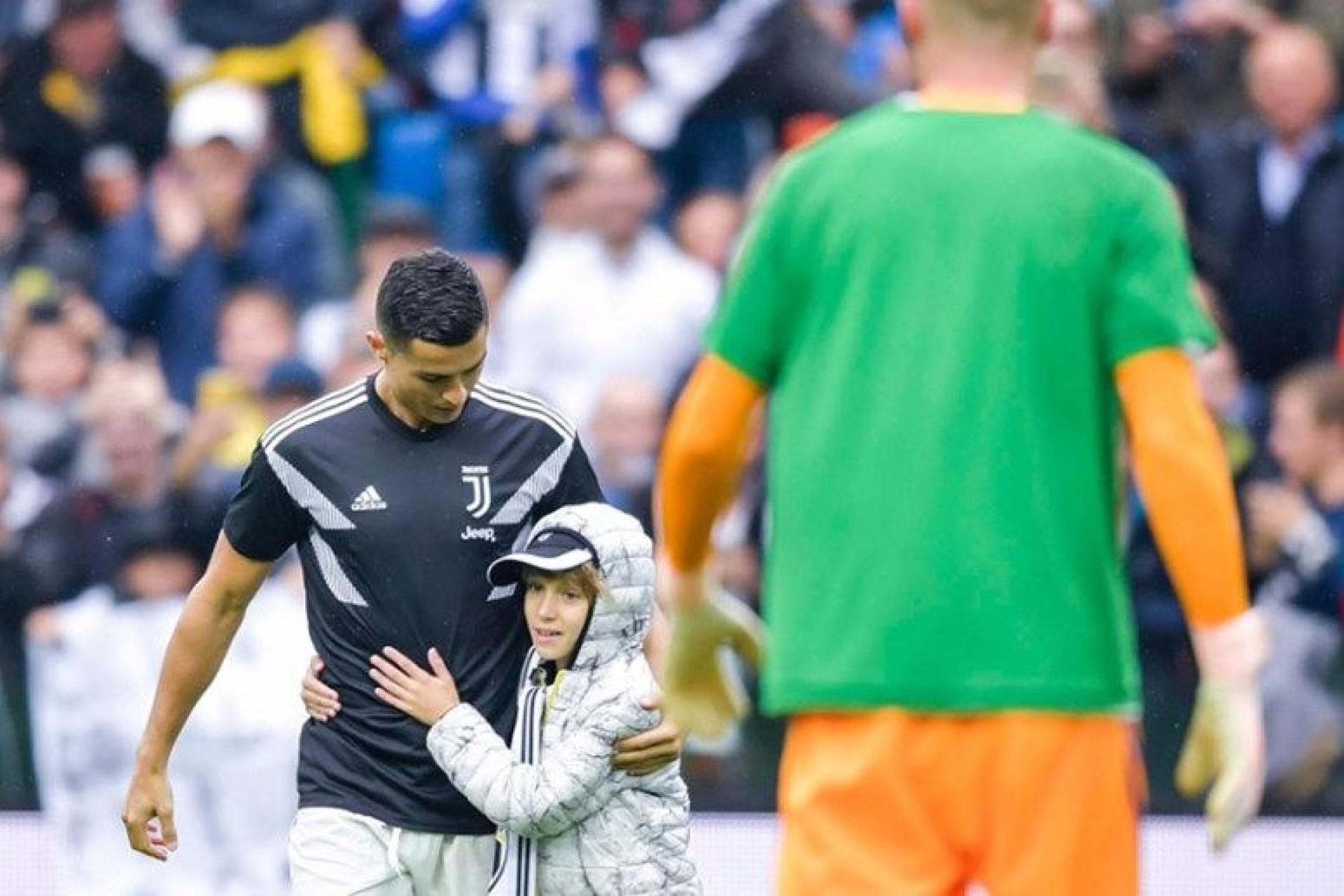 929cd8328b Craque português viu um menino fã da Udinese saltar para campo durante o  aquecimento para a partida deste sábado.
