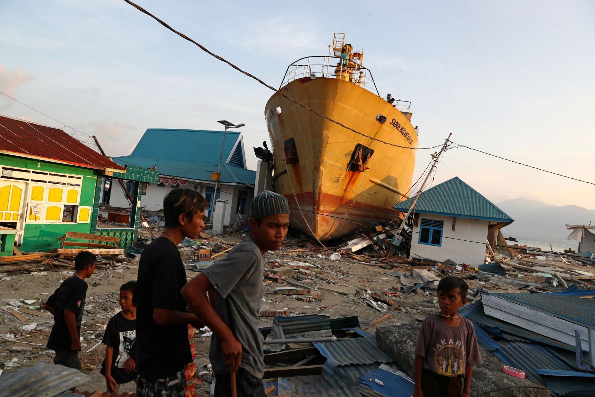 As imagens da devastação deixada pelo sismo e maremoto na Indonésia