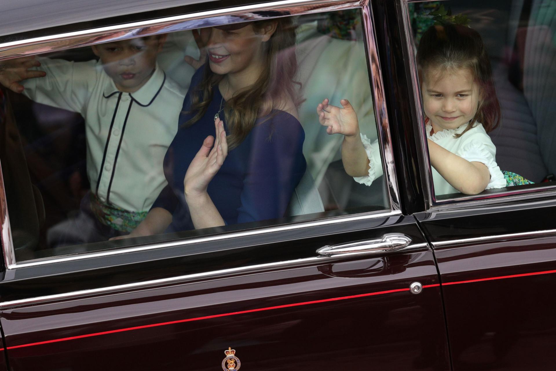 Com um ar traquina, George e Charlotte encantam em casamento real