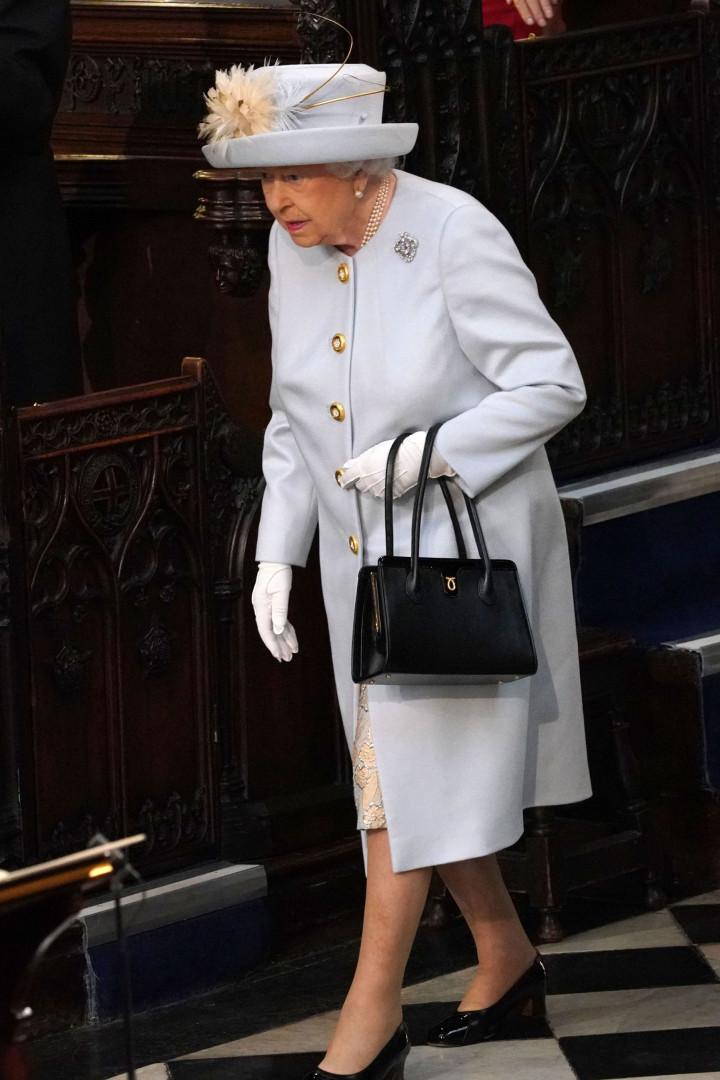 Rainha Isabel II aposta em look claro e 'foge' às cores chamativas